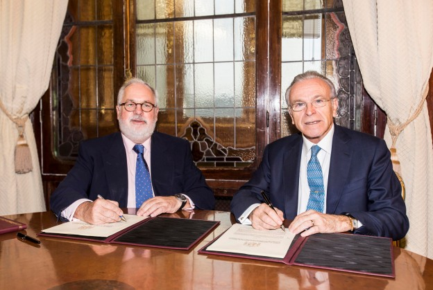 Isidro Fainé y Miguel Arias Cañete, en el momento de la firma